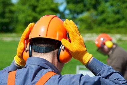 Bûcheron avec casque et gants de protection