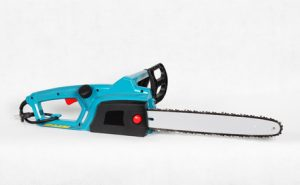 Une tronçonneuse électrique filaire bleue