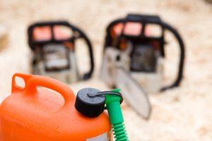 Bidon d'essence et tronçonneuses