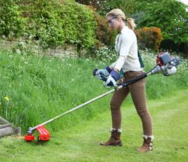 Entretien du jardin avec une débroussailleuse